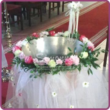 Decor cristelnita botez cu flori naturale