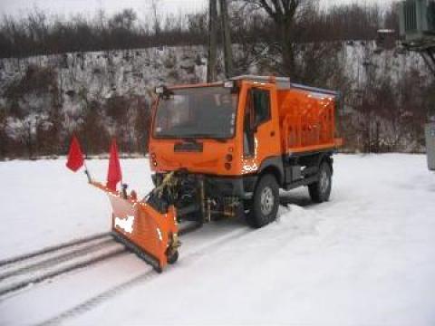 Masina comunala echipata cu lama de zapada si sararita de la Sc Convar Imex Srl