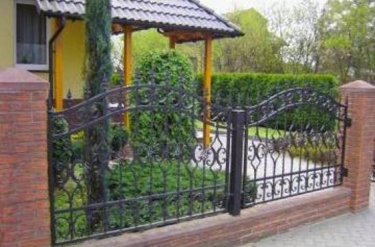 Garduri metalice cu insertii de elemente de fier forjat