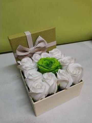 Cadou Cutie cu trandafiri sapun un trandafir criogenat 0095 de la Floraria Stil